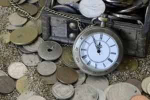 Lebensversicherung das Bild zeigt Geld und eine Uhr, zur Bewusstmachung, dass Altersvorsorge Zeit in Anspruch nimmt